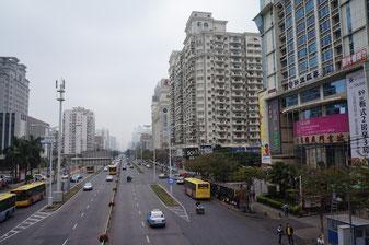 Eine Hauptstraße im Zentrum Xiamens, Südchina. Eine Stadt aus der zweiten Reihe, eine Millionenstadt.