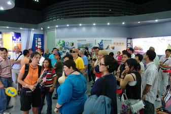 Hier wird ein Bus mit Ausländern nach Quanzhou ins Taiwan-Museum gefahren. Da Ausländer grundsätzlich nie die Wahrheit über China kennen, müssen sie in China eines Besseren belehrt werden.
