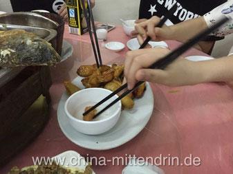 拔丝地瓜 (Ba Si Di Gua) - Noch ein Stück! Wie viele chinesische Gerichte, so macht auch dieses Gericht am meisten Spaß, wenn man mit mehreren Freunden gemeinsam am Tisch sitzt.
