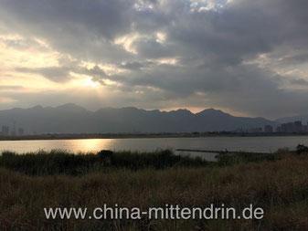 Sonnenuntergang über dem Min-Fluss in Fuzhou (Südostchina).