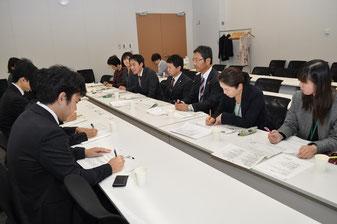政府側と交渉する(右から)安田、伊藤、春名、大平、遠藤、市谷、錦織の各氏