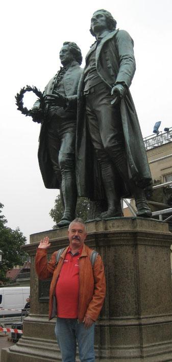 Drei Große unter sich: Michael Kühn vorn und dahinter Friedrich von Schiller und Johann Wolfgang von Goethe