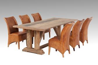 Klassischer Esstisch aus alte Eiche mit Lederstuhl