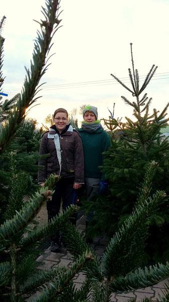 Michelle & Silke - unsere Weihnachtsbaumfachverkäuferinnen