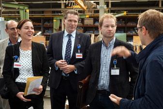 Marketingleiter Christian Stark von Huber SE führte das IHK-Gremium Neumarkt und IHK-Hauptgeschäftsführer Dr. Jürgen Helmes (Mitte) durch den Betrieb. (Foto: Hannes)