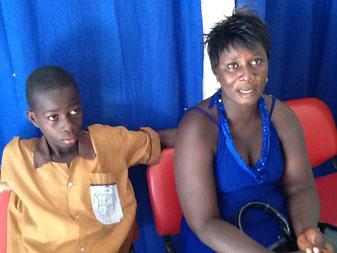 Alhagie Konateh (15) mit seiner Mutter