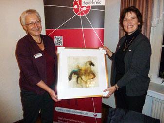 (vlnr) Wechsel in der Führungsriege: Die neue Vorsitzende des U-Netz Heidekreis, Annette Günther, überreicht Natascha Fabian, der langjährigen Vorsitzenden, ein Abschiedsgeschenk.