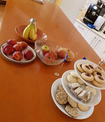 Praktikantenjob im Newman Institut: das Café mit Obst und Keksen herrichten