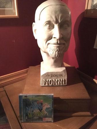"""Büste von """"Nonni"""" mit der neuen CD des Bonifatiuswerkes"""