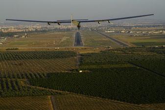 El avión solar Impulse II sobrevuela la capital andaluza gracias a las más de 17.000 células solares que tiene en las alas y que le han permitido cruzar el Atlántico sin usar combustibles fósiles. / Solar Impulse