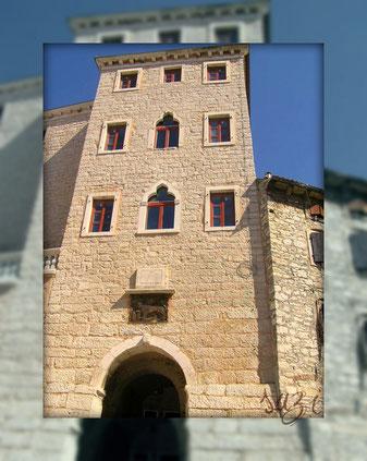 Stadtmauer und Gebäude in BALE , QUELLE: Suzi