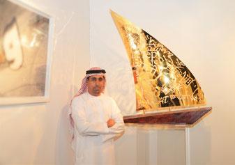 """Jamal AlSuwaidi mit einem seiner Arbeiten """"Wind"""""""