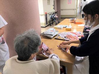 患者様と一緒にくずかごを作っています