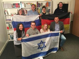 Jugendliche und Ehrenamtliche der Jugendringe Buxtehude und Landkreis Stade treffen sich mit Oliver Grundmann, MdB (vorne rechts). - Foto: SJR