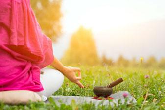 Achtsamkeitstraining und Meditation hilft gegen Stress und Burnout, fördert Deine Klarheit und Konzentration und gibt Dein Leben mehr Sinn.