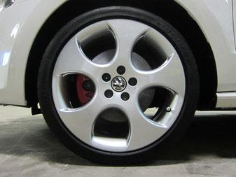 フォルクスワーゲン ポロ GTI の純正アルミホイールのガリ傷・擦りキズのリペア(修理・修復・再生)後の車両への装着完了時のホイールアップ写真