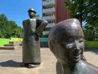 """Bronzeplastik """"Erdbeerpflückerin mit Kindern"""" in Bremen-Arsten, Bremen Obervieland - Kunst im öffentlichen Raum (Foto: 05-2020, Jens Schmidt)"""