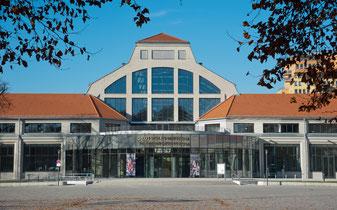 Blick auf den Haupteingang des Verkehrszentrum, Deutsches Museum (Foto: Deutsches Museum)