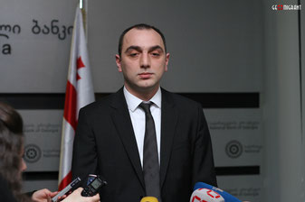 Редактор популярного британского финансового журнала The Banker передал президенту Национального банка Грузии Георгию Кадагидзе награду.