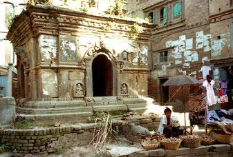 Gemüsehändler vor dem Hindu-Schrein