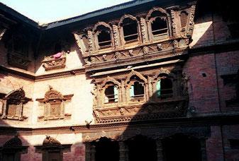 Schnitzereien am Basantapur-Turm