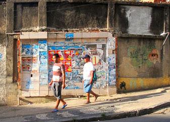 vom Bus Terminal mit dem Rad wieder hinauf zu den Favelas
