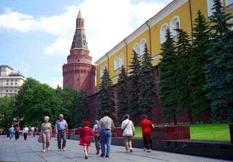 entlang der Kreml-Mauer - mit Mauerturm