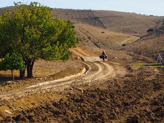 der mühsame Weg zurück ins abgelegene Berg-Dorf