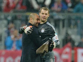 Trainer Pep Guardiola (l) weiß bei wem er sich zuerst bedanken muss: Torwart Manuel Neuer. Foto: Andreas Gebert