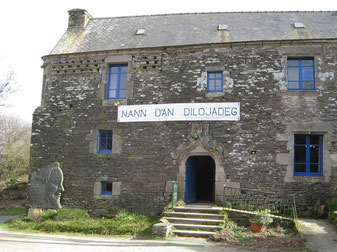 Banderole Nann d'an dilojadeg sur la façade du Presbital Kozh