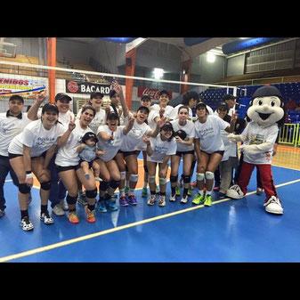 Gelymar Rodriguez a extrema izquierda en la foto celebrando el campeonato con las Pinkin en la liga COPUVO (foto suministrada)