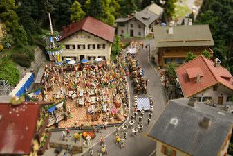 Szene eines Bayerischen Biergartens mit Festumzug im Miniaturwunderland