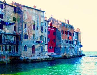die alten Häuser von Rovanj reichen weit ins Meer hinaus