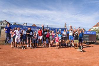 Die Sieger und Teilnehmer bei der abschließenden Siegerehrung mit Peter Schöpel von der Nordseeheilbad  Borkum GmbH