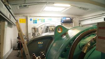 Im Generator wird aus der Drehbewegung der Flügel Strom hergestellt.