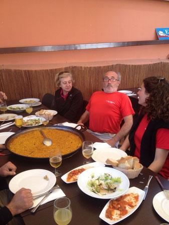 Félix Comas, el patrón de la nave, antes de saborear un arroz a banda en El Marino con el resto de la tripulación