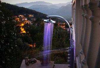 Außendusche am Abend - Duschpaneel mit LED Regendusche und sechs Massagedüsen, Ferienwohnung Valencia in der Villa Gandia Hills