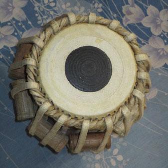 高音の木製がタブラ。金属製低音がバーヤ。