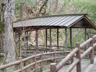 内村川にかかる五代橋には屋根が