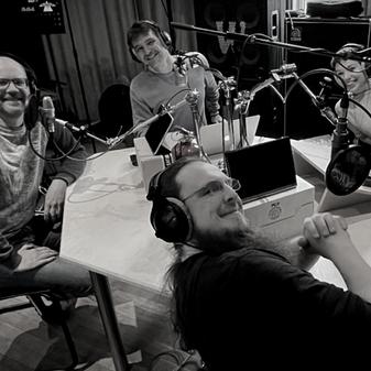 Jens Schröder, Johannes Kückens, Michael Büker, and Magdalena Kersting sit around a table in a podcast studio