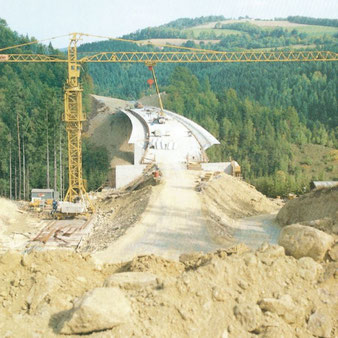Bau der Brücke 1985 über das Pinkatal bei Schäffernsteg.