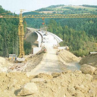 Bau der Brücke 1985 der A2-Südautobahn über das Pinkatal bei Schäffernsteg.