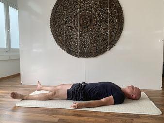Restorative Yoga Darm und Rückenschmerzen Rene Hug