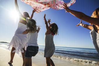 Familie bei Strandhochzeit