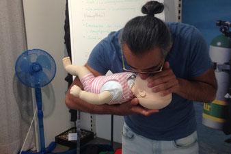 Frau hilft einem verletzten Kind beim Care for Children Kurs, 1. Hilfe bei Kindern