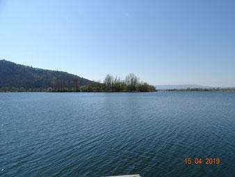 Viele Gewässer, hier Werratalsee, am rechten Horizont der Hohe Meißner