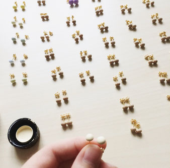 wooden stud earrings in the making, Herstellung von Holzohrsteckern Belle Accessoires