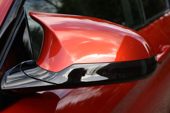 an der wohl geformten Spiegelkappe kommt durch die Konturen erst der Megaglanz nach der Fahrzeugaufbereitung zum Vorschein.