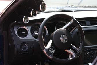 Der Shelby Mustang ist auch Innen ein Hingucker. Die Armaturen an der A-Säule werden schon benötigt. Schließlich gilt es 750PS auf der Straße zu halten