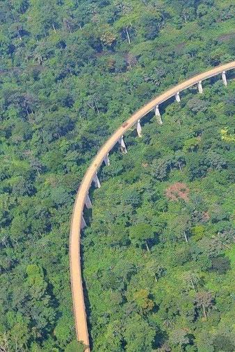 Route Kumba-Mamfé. Viaduc de Bakwa Supé, 1274 m de long, construit en 1989.